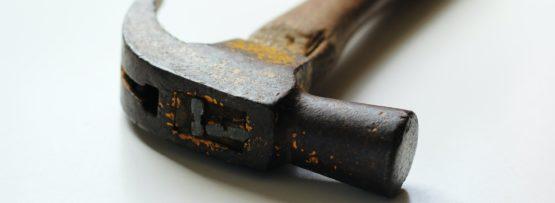 車のドアのへこみ修理は自分でできる?方法や注意点を解説